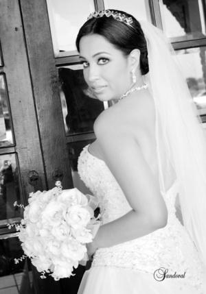 Srita. Luz Adriana García, el día de su boda con el Sr. Salvador Rodríguez López.  <p> <i>Sandoval Fotografía</i>