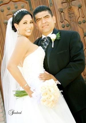 Unieron sus vidas ante Dios, Srita. Luz Adriana García Montañez y Sr. Salvador Rodríguez López, en la parroquia Los Ángeles, el primero de agosto de 2009. <p> <i>Sandoval Fotografía</i>