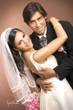 Srita. Silvia Alejandra Ortega Zamora y Sr. Carlos Alberto Álvarez Ochoa unieron sus vidas, el sábado 27 de junio de 2009, en la capellanía María Auxiliadora.  <P> <I>Estudio Sepúlveda</I>