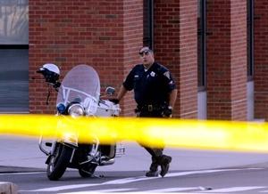 La Policía estaba analizando una gran cantidad de evidencia física.