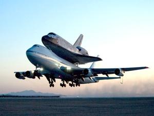 El transbordador Discovery, montado sobre un avión Boeing 747, completó su retorno al Centro Espacial Kennedy en el sur de Florida.