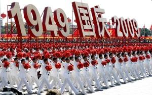 El espectáculo que China solo había celebrado anteriormente en los años 50, en 1984 y 1999, tuvo lugar en una ciudad tomada por las fuerzas de seguridad y cuyo centro esta completamente cerrado a los ciudadanos de a pie.
