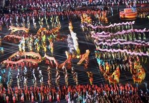 Un desfile de ornamentadas carrozas, flanquedas por más de 100 mil personas, celebraban la revolución comunista y las Olimpiadas de Beijing.