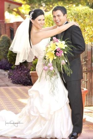 Srita. Talía Gabriela Castillo Martínez y Sr. Óscar Eduardo Moreno Escareño unieron sus vidas en sagrado matrimonio en la parroquia del Sagrado Corazón de Jesús el sábado diez de octubre de 2009. <p> <i>Estudio Laura Grageda</i>