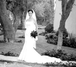 Srita. Alejandra Aguilar Escajeda el día de su boda con el Sr. Alejandro Gutiérrez Gutiérrez. <p> <i>Estudio Gustavo Borroel</i>