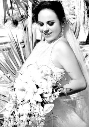 Srita. Brenda Lira Meza el día de su boda con el Sr. Néstor Velázquez Pérez. <p> <i>Luciano Laris Foto y Diseño</i>