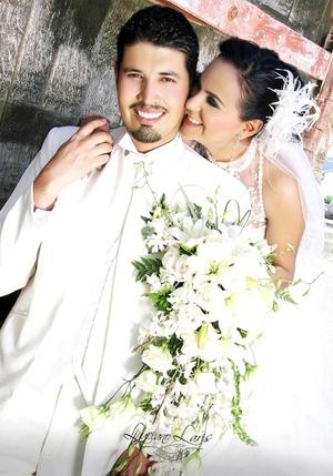 Contrajeron matrimonio, Srita. Brenda Lira Meza y Sr. Néstor Velázquez Pérez, el pasado sábado 18 de abril de 2009. <p> <i>Luciano Laris Foto y Diseño</i>