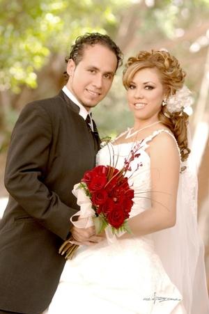 En la parroquia de San Pedro Apóstol unieron sus vidas en matrimonio, Arq. Eunice Angélica Rodríguez Durán y Arq. Jaime Israel García Metlich, el 19 de septiembre de 2009 en punto de las 17:30 horas.  <p> <i>Maqueda Fotografía</i>