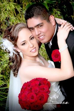 A.E.B. Joana Villalobos Rosales e Ing. Julio César García Cisneros unieron sus vidas en sagrado matrimonio en la parroquia del Sagrado Corazón de Jesús, en Francisco I. Madero, Coah., el sábado 5 de septiembre de 2009. <p> <i>Studio Sosa</i>