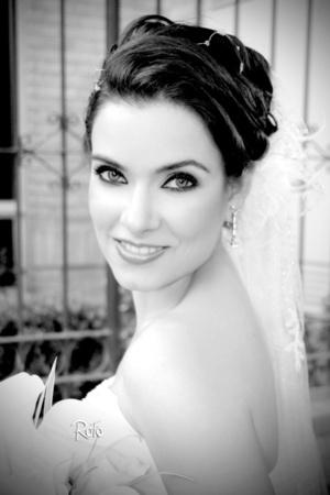 Srita. Martha Irene Dávila Flores el día de su boda con el Sr. Enrique Cervantes Sifuentes. <p> <i>Rofo Fotografía</i>