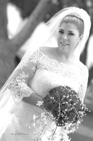 Lic. Ángeles Dávila López el día de su boda con el Arq. Cristóbal Jaime Gómez.  <p> <i>Maqueda Fotografía</i>