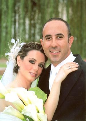 Srita. Covadonga Castañeda González y Sr. Ángel Ortiz Cano unieron sus vidas en sagrado matrimonio en la parroquia de La Medalla Milagrosa el sábado 19 de septiembre de 2009.  <p> <i>Fotografía Karlos</i>