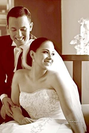 Srita. Siria Alejandra Martínez Jiménez y Sr. José Juan Rivera Galván contrajeron matrimonio en la parroquia de La Medalla Milagrosa el sábado tres de octubre de 2009.  <p> <i>Estudio Laura Grageda</i>