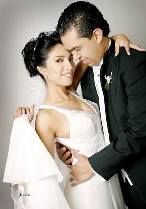 Srita. Judith Arroyo Olguín y Sr. Rubén Sánchez Villarreal unieron sus vidas en sagrado matrimonio en la parroquia de la Virgen María de La Medalla Milagrosa el sábado 10 de octubre de 2009. <p> <i>Sandoval Fotografía</i>