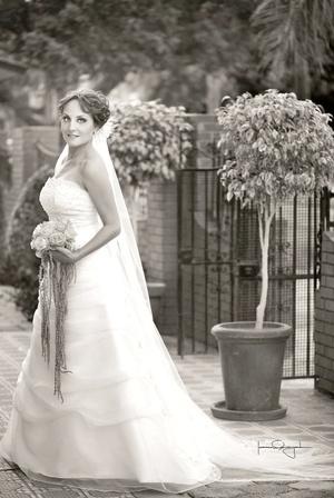 Lic. Laura del Bosque González el día de su boda con el Arq. Nathan Drumm. <p> <i>Estudio Laura Grageda</i>
