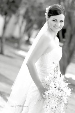 Srita. Carmen Lucía Alvarado Cuevas el día de su boda con el Sr. Rodrigo O. Salazar Martínez. <p> <i>Maqueda Fotografía</i>