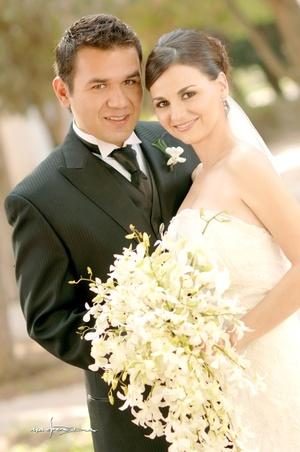 Srita. Carmen Lucía Alvarado Cuevas y el Sr. Rodrigo O. Salazar Martínez unieron sus vidas en sagrado matrimonio el sábado tres de octubre de 2009.  <p> <i>Maqueda Fotografía</i>