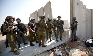 Activistas israelíes derribaron un trozo del muro erigido por Israel en el territorio palestino de Cisjordania con motivo del veinte aniversario de la caída del que dividía Berlín.