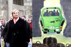 La secretaria estadounidense de Estado, Hillary Rodham Clinton, felicitó a los alemanes por el 20mo aniversario de la caída del muro de Berlín al sostener una reunión con la canciller alemana Angela Merkel.