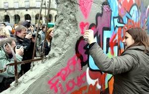 Las nuevas generaciones sólo pueden entender el significado de la caída del Muro de Berlín si a la vez se les explica lo que significa vivir en una dictadura y lo que representó la rebelión contra la misma para el movimiento democrático.
