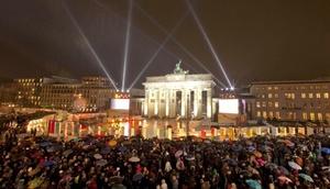En París, se congregaron alrededor de 100 artistas, músicos y cantantes para representar el transcurso de la Historia desde la división de Europa después de la Segunda Guerra Mundial hasta la Unificación de Alemania.