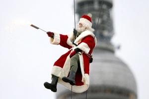Preparan compras. Un hombre vestido de Santa Clós promueve el tradicional mercado navideño en Berlín, Alemania.
