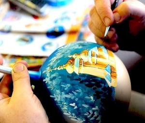 Adornos.Un artesano pinta una esfera de Navidad en un pequeño taller de Jaslo, al sureste de Polonia. La mayoría de adornos navideños artesanales que se fabrican en esta región se exportan a Europa y Norteamérica.