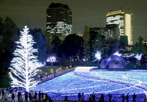 Espectáculo. Visitantes admiran la iluminación en un parque de Tokio, Japón.