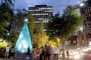 'Reciclan' la Navidad. En Sydney se muestra un Árbol de Navidad de ocho metros el cual fue creado utilizando 18 mil botellas de plástico recicladas.