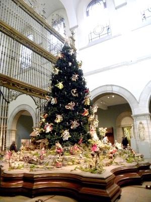 Tradición. El Museo Metropolitano de Nueva York inauguró su famoso árbol navideño decorado con más de 200 ángeles y otras figuras.