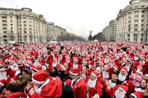 Miles de personas disfrazadas de Papa Noel se reúnen frente al edificio del Parlamento en Bucarest, Rumanía, para batir un récord Guinness. Exactamente 3,939 hicieron posible establecer un nuevo récord del mayor número de personas vestidas de Santa Claus.