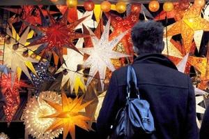 Han comenzado ya a colocar las decoraciones de Navidad para atraer a los consumidores en un centro comercial de Hong Kong .