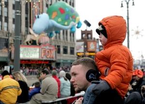 Miles de turistas de todas partes del país se formaron en las calles para ver algo de la tradición del Día de Acción de Grancias tan clásico como el pavo y el pie de calabaza.