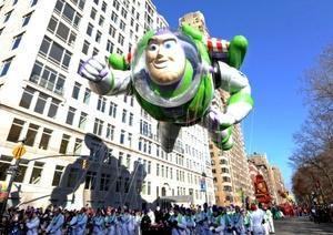 Bandas de música, payasos y malabaristas amenizan el desfile, patrocinado por la cadena de almacenes Macy's y que el pasado año fue seguido por 3.5 millones de personas en la calle, desafiando el frío, y cerca de 50 millones lo vieron por televisión.