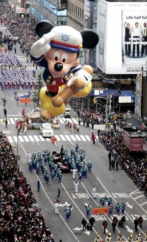 Las principales figuras de este año fueron el ratoncito Mickey vestido de Marinero, Bob Esponja, Spiderman, la rana reportera del programa infantil Sesame Street y un Pikachu de 16 metros y medio, cuyas mejillas emitirán un brillo rosado.