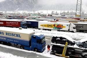 Las autopistas que recorren Alemania se vieron seriamente afectadas por la nieve caída durante la noche.