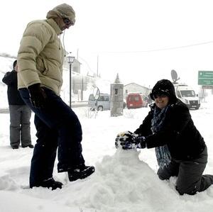 Gente se divierte con la nieve.