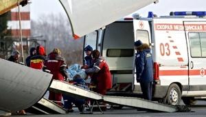 Los miembros de los equipos de emergencia transportaban los cadáveres a camionetas.