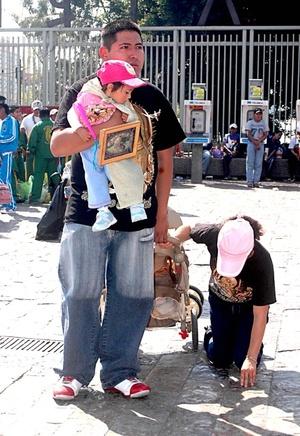 De acuerdo con las creencias católicas, la Virgen de Guadalupe se apareció cuatro veces a Juan Diego Cuauhtlatoatzin en el cerro del Tepeyac.
