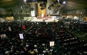 Varios millones de personas van a la Basílica de Guadalupe, enclavada en la falda del cerro del Tepeyac, lugar de la aparición marianas al indígena Juan Diego Cuauhtlatotoatzin, hoy San Juan Diego.