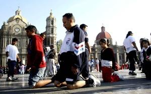 Lo mismo en bicicletas, que a pie o de rodillas, las personas acuden al templo de la Basílica para pedir o pagar un favor o simplemente porque les nace acudir a visitar a la Morenita.