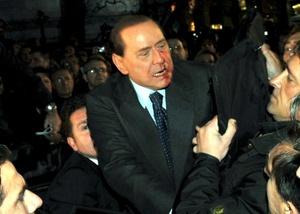 Según testigos citados por la televisora SkyTg24, en un primer momento Berlusconi estuvo a punto de desmayarse, y con el labio sangrante fue introducido a un automóvil por sus guardaespaldas, desde el cual, con la cara sangrante, se despidió de sus seguidores.
