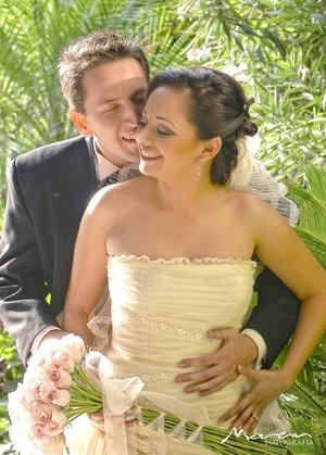 Srita. Alejandra Sandoval Rodríguez y Sr. Carlos Verdeja López contrajeron nupcias en el jardín del Club de Golf Los Azulejos, el 17 de octubre de 2009, en punto de las 20:00 horas.  <p> <i>Estudio Morán</i>