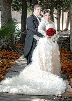 Unieron sus vidas en sagrado matrimonio, Lic. Alejandrina Tapia Soto y Lic. Jorge Abraham González Márquez, en la iglesia de La Sagrada Familia, el 24 de octubre de 2009, en punto de las 17:00 horas. <p> <i>Estudio Morán</i>