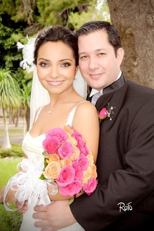 Contrajeron sagrado matrimonio en la parroquia Los Ángeles, Dra. Julieta Saldaña Martínez e Ing. Roberto Soto Rodríguez, el 17 de octubre de 2009, en punto de las 13:00 horas.  <p> <i>Rofo Fotografía</i>