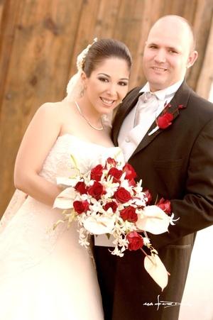 Contrajeron sagrado matrimonio en la iglesia de La Sagrada Familia, Ing. Maru Gardea Romo e Ing. Jesús Alberto González Menchaca, el 24 de octubre de 2009, siendo las 20:00 horas.  <p> <i>Maqueda Fotografía</i>