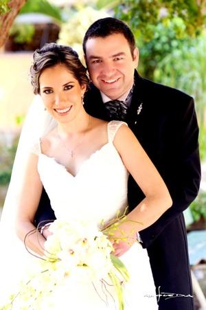 Srita. Alejandra Aguilar Vilardell y Sr. Carlos Salmón Garza, unieron sus vidas en matrimonio en la parroquia Los Ángeles, el diez de octubre de 2009 a las 20:30 horas.  <p> <i>Maqueda Fotografía</i>