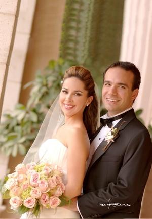 29112009 En la parroquia Los Ángeles contrajeron matrimonio, Srita. Alejandra Barraza Madero y Sr. Kerim Oezkaragil, el 17 de octubre de 2009, a las 20:30 horas.  <p> <i>Maqueda Fotografía</i>