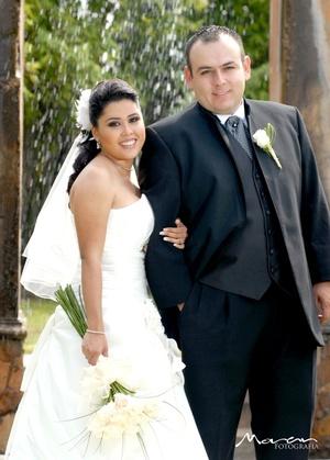 Unieron sus vidas en sagrado matrimonio, Srita. Jeannie Escajeda Bravo y Sr. Jorge Ernesto Martínez Medina, en la parroquia de Los Ángeles, el 19 de septiembre de 2009, en punto de las 17:45 horas.  <p> <i>Estudio Morán</i>