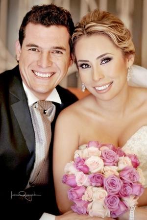 Lic. Larissa Yesbel Sánchez Valero unió su vida a la del Lic. Carlos Adrián Atilano Guerrero, en la iglesia de Santo Cristo, el 17 de octubre de 2009, en punto de las 20:00 horas.  <p> <i>Estudio Laura Grageda</i>